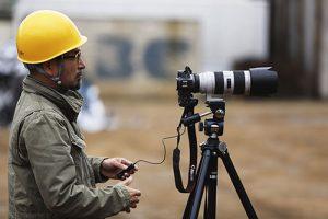 撮影中の写真家、西澤丞